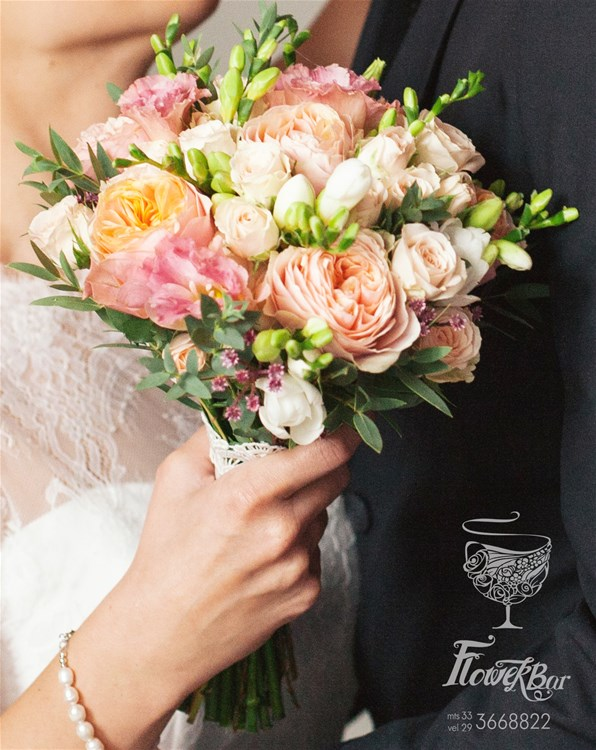 svadebnie-buketi-s-pionami-i-pionovidnimi-rozami