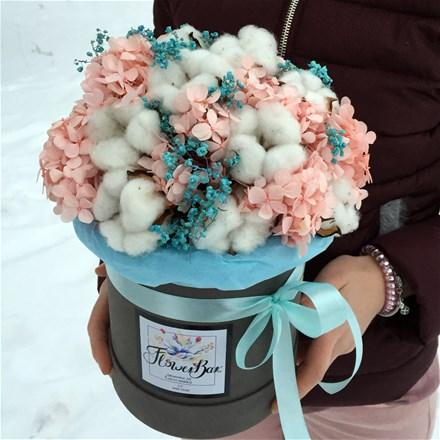Шляпная коробка из стабилизированных цветов и сухоцветов D113