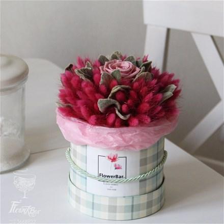 Шляпная коробка со стабилизированной розой и лагурусом D110
