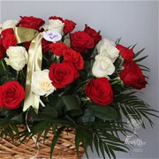 Корзина из красных и белых роз A018
