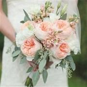 Свадебный букет из пионовидных роз и лизиантуса Е105